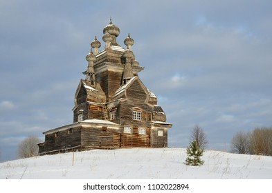Vladimir ( Vladimirskaya ) church on the former Podporozhsky churchyard, now the tract Zherebtsova Mountain in Onega district of Arkhangelsk region inn winter. 1757 year of construction
