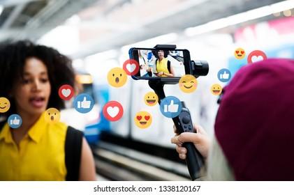 列車のプラットフォームでライブビデオをストリーミングするVlogger