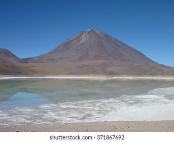the volcan licancabur at chilean bolivian border