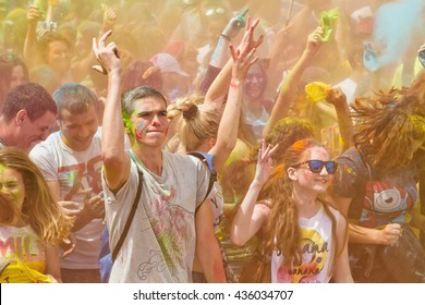VOLGOGRAD - JUNE 12: Crowd of young people dancing to the music at the festival of colors at the Akvarel shopping centre in day of Russia. June 12, 2016 in Volgograd, Russia.