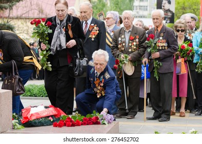 Volgograd, Russia - may 07, 2015: Veterans laying flowers at the monument to fallen soldiers