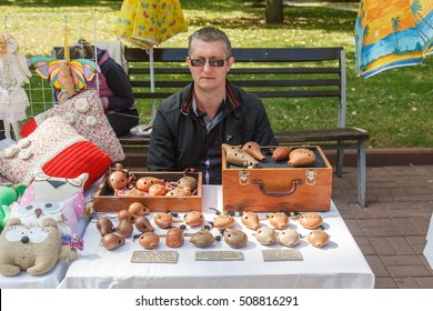 VOLGOGRAD, RUSSIA - September 11, 2016: Sale of clay penny whistles to a naulitsa of the city, central embankment. Volgograd, Russia