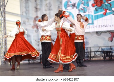 Vologda, RUSSIA – July 4: performance of Russian folk dance groups at street festival on July 4, 2015, in Vologda, Russia