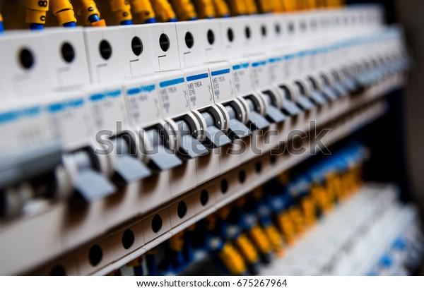 Spannungsschalttafel mit Leistungsschaltern. Elektrischer Hintergrund