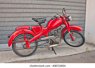 """VOLTANA DI LUGO (RA) ITALY - APRIL 10: vintage Italian moped Motom 48, low fuel consumption four-stroke engine, in motorcycle rally """"Motosalsicciata"""" on April 10, 2016 in Voltana di Lugo (RA) Italy"""