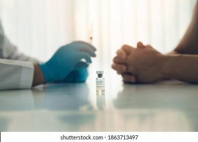 Freiwilliger getesteter Covid-19-Impfstoff. Forscher erfinden Impfstoffe zur Behandlung des COVID-19-Virus.