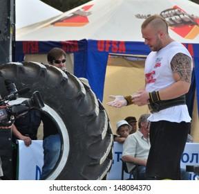 VYSHGOROD, UKRAINE - 28 JULY 2013: The strongmen from Norway Vidar Dae Vikoyr prepares to an exercise on Strongmen Worlds Championship on 28 July 2013 in Vyshgorod, Ukraine.