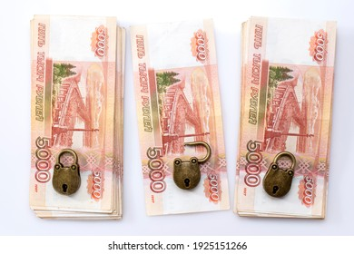 Des tas d'argent sous clé. Stockage et contrôle des économies financières. De l'argent russe. 5000 roubles. Un coffre-fort.