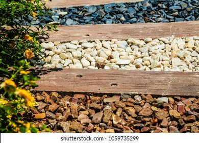 Waiking paths with gravel and wood in the garden.