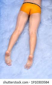 Hüten Sie beim Spielen im Pool auf die Zehenspitzen asiatischer Kinder.