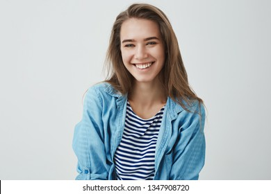 Waist-up shot tender carefree friendly-looking modern gorgeous european woman smiling pleased carefree having amusing funny conversation playing-around, laughing, enjoying sunny spring warm days