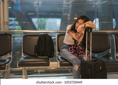 Wait for a friend to travel to the airport.