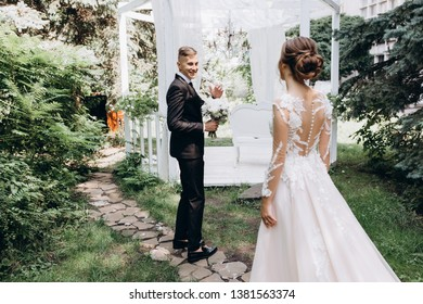 Walk newlyweds with a bouquet of white flowers.