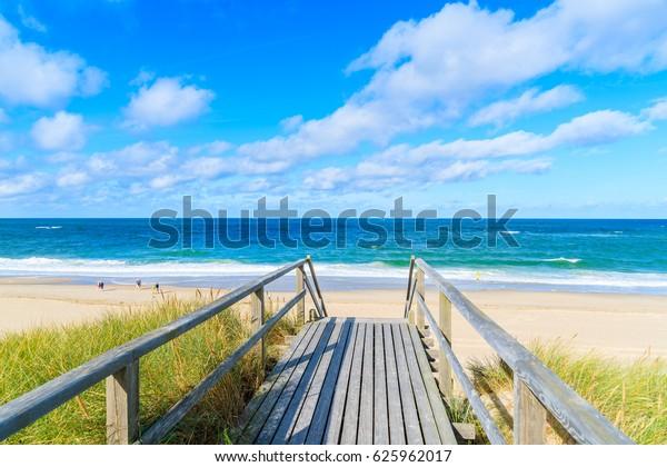 Spazierweg zum schönen Strand im Dorf Westerland auf der Insel Sylt, Nordsee, Deutschland
