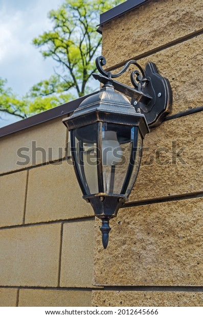 wall-mounted-street-lamp-on-600w-2012645