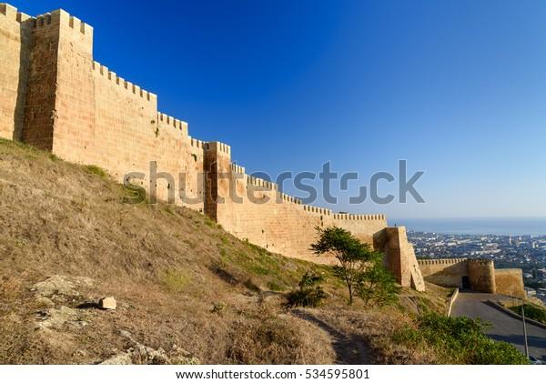 Muro de Naryn-Kala fortaleza Vista de la ciudad de Derbent. República de Daguestán, Rusia