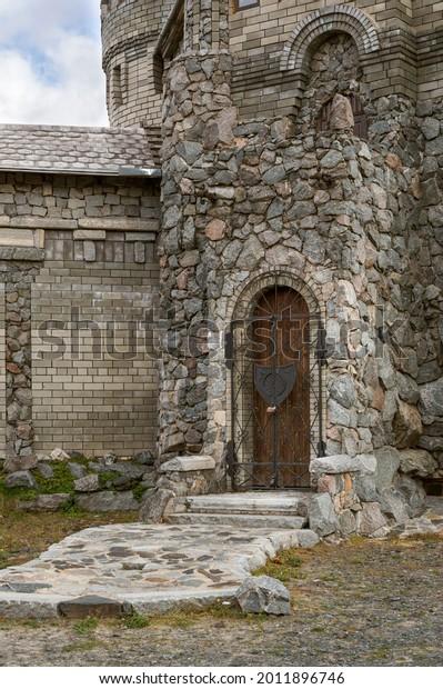 wall-stone-castle-door-wroughtiron-600w-