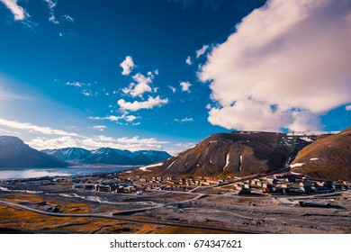 Wallpaper norway landscape nature of the mountains of Spitsbergen Longyearbyen Svalbard building city on a polar day with arctic summer in the sunset