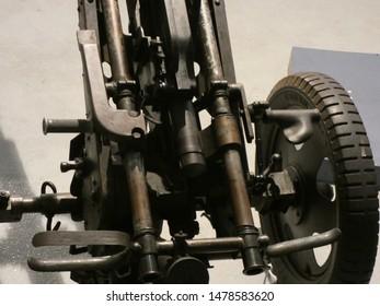 War weapons, artillery and machine guns