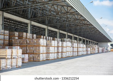 Warehouse building Packed in wooden cases Prepare transportation with trucks with a cloudy sky background.