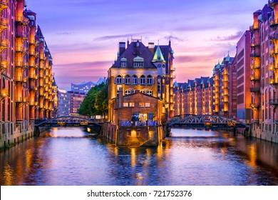 Speicherstadt in Hamburg bei Dämmerung. Sicht auf die Wandrahmsflotte. Der größte Lagerbezirk der Welt befindet sich im Hamburger Hafen im HafenCity-Viertel.
