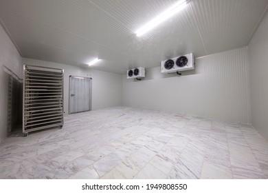 Gefrierlager, Kühlhaus. Kühlkammer für die Lagerung von Lebensmitteln. einen leeren Industriekühlschrank mit vier Ventilatoren.