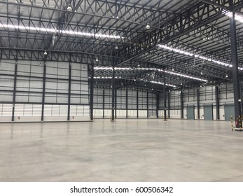 Warehouse space to store a wide variety of products to customers. The empty space in the  warehouse and the structure of the building.