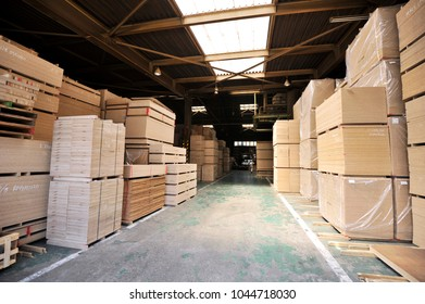 Warehouse of synthetic board reusing wooden waste