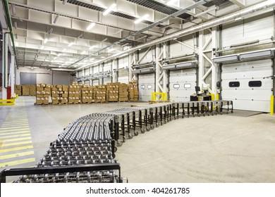 Warehouse, unloading with conveyor belt