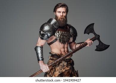 Warmer nordischer Krieger mit Akt- und Muskelaufbau mit Axt