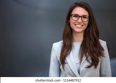 Warm sympathisches kommerzielles freundliches Portrait einer klugen, schönen natürlichen Frau, Geschäftsführerin
