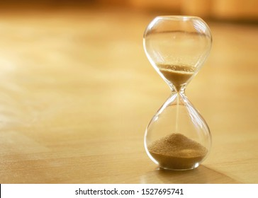 Warmer Stundenglasmodus als Zeitüberschreitungskonzept. Die Lebenszeit vergeht. Bedeutung des Lebens