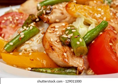 Warm salad with chicken, vegetable and sesame seeds