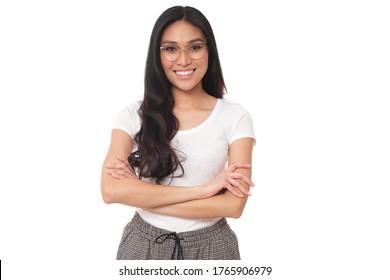 Warmes Lächeln bildet diese schöne asiatische Frau. Gemütliche Kleidung und Brille.
