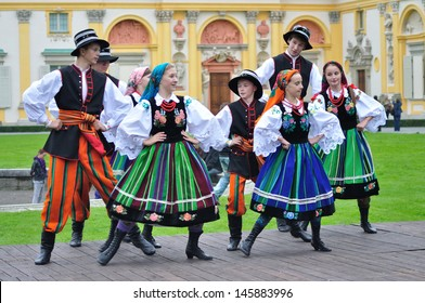 WARSAW - SEPTEMBER 11: Lowicz folk dance, performed by the ensemble Kuznia Artystyczna, during of the Wilanow Days event on September 11, 2010 in Warsaw, Poland.