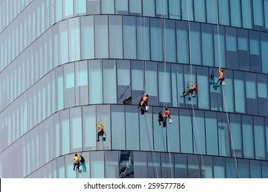 Waschmaschinen waschen die Fenster des modernen Wolkenkratzers