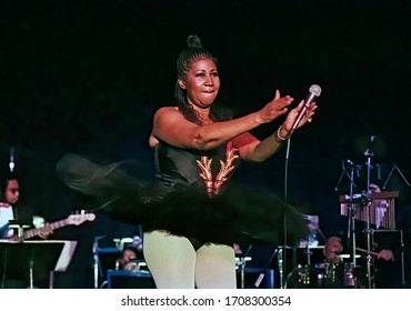 Washington DC., USA, September 23, 1992  The Queen of Soul Aretha Franklin wearing a ballet tutu wows the crowd at the Democratic Senatorial dinner in the Grand Ballroom of the Washington Hilton Hotel