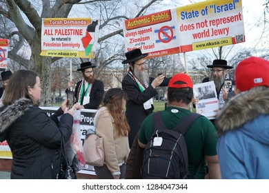 Washington, DC/USA – January 8, 2019: Rabbi Yisroel Dovid Weiss of Neturei Karta International, discussing Israeli related issues to passersby while demonstrating against Anti-BDS legislation.
