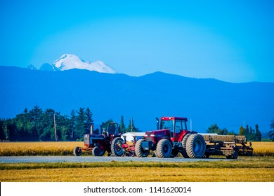 Washington state countryside farms, grass, and beautiful landscape with a mountain background.