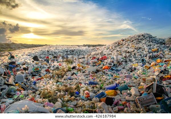 déchets de bouteilles en plastique et d'autres types de déchets plastiques au site d'élimination des déchets de Thilafushi.