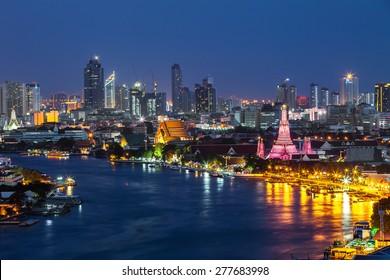 Wat Arun along the Chao Phraya river at dusk (Bangkok, Thailand)