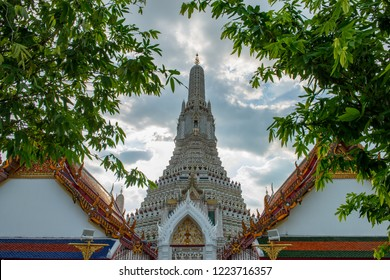Wat Arun or Temple of Dawn is considered by many as one of the most beautiful temples in Thailand. Wat arun is one of Bangkok's world famous landmarks.