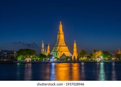 Wat arun (temple of dawn) at twilight, bangkok, thailand