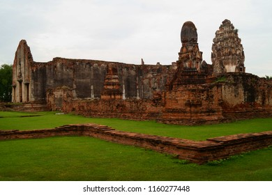 Wat Phra Sri Mahathat The large Royal temple in the center of Lopburi town. The temple was founded when Lopburi was under control of the Khmer empire from Angkor