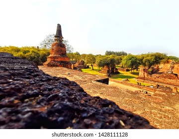 Wat Ratchaburana  set up in the year Fri 1424 by King Boromarajonani 2nd. This temple has important Thai history. Many people come to pay homage to the Buddha image and take pictures of ancient sites.