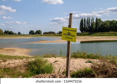 Watch out quicksand (levensgevaarlijk drijfzand, Dutch)