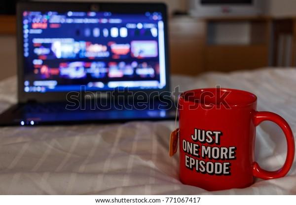 Kijken naar series met een kopje thee. Nog één aflevering.