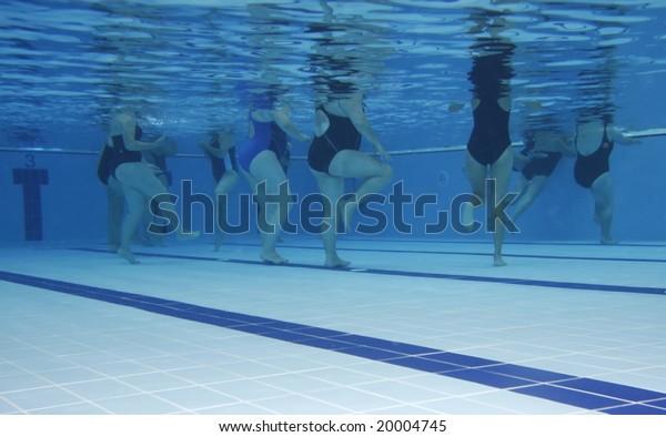 Eine Aerobic-Wasserklasse. Unterwasserbild.