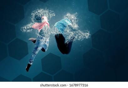 Wassertänzer springen. Tänzer mit einem Körper aus Wasser