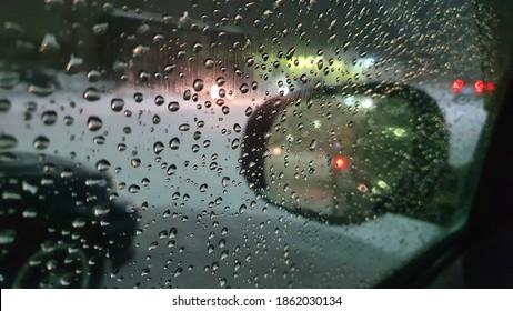 Abends fällt in der Stadt Wasser auf das Fensterglas